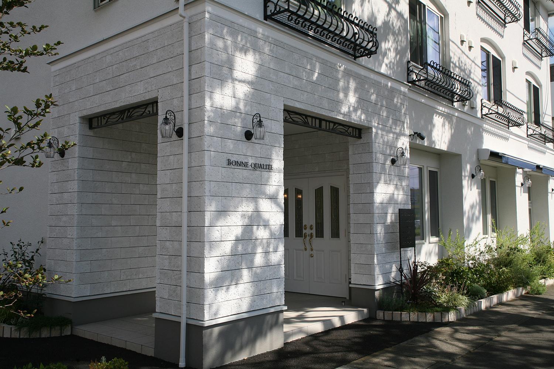 白い外壁と黒いアイアンが特徴的なフランス風のお洒落な外観です♪